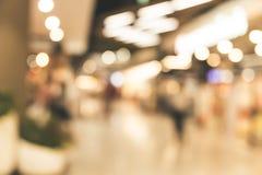 Grande magazzino concentrare del centro commerciale della gente della sfuocatura nel fine settimana immagine stock