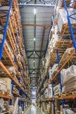 Grande magazzino del capannone di logistica con gli scaffali dei lotti o scaffali con i pallet delle merci Consegna industriale d fotografia stock