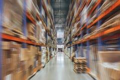Grande magazzino del capannone di logistica con gli scaffali dei lotti o scaffali con i pallet delle merci, prospettiva con effet fotografia stock