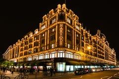 Grande magazzino di Harrods a Londra alla notte Immagini Stock Libere da Diritti