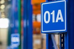 Grande magazzino moderno di LADA-IMAGE con i carrelli elevatori per i pezzi di ricambio del veicolo di stoccaggio immagini stock
