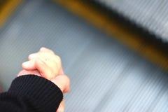 Grande main tenant peu de main Images libres de droits