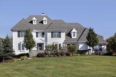 Grande maison avec la voie de garage blanche Photos stock