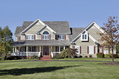 Grande maison avec le toit de porche avant et de cèdre Images stock