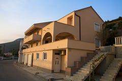 Grande maison brun clair images libres de droits