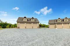 Grande maison de campagne de ferme avec l'allée de gravier et l'horizontal vert. Photos libres de droits