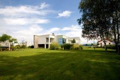 Grande maison de pelouse Photos libres de droits