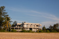 Grande maison de plage tropicale en Thaïlande. Images libres de droits