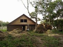 Grande maison en bois faite de rondins et meules de foin photos libres de droits