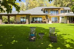 Grande maison hawaïenne avec la table de jardin et chaises dans le northshore Oahu Hawaï Photo stock