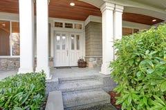 Grande maison magnifique d'artisan avec le beau porche couvert images stock