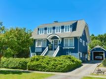 Grande maison nord-américaine de famille avec le garage isolé dans les banlieues de Vancouver photos libres de droits