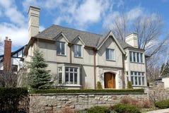 Grande maison suburbaine photos stock