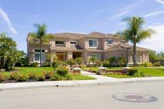 Grande maison suburbaine luxueuse pour le directeur avec un famille Photo stock
