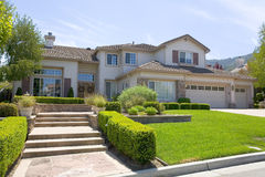 Grande maison suburbaine luxueuse pour le directeur avec un famille Image libre de droits