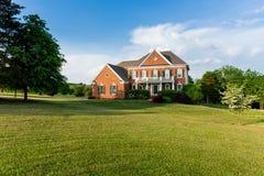Grande maison unifamiliale d'altitude avant Images libres de droits