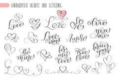 Grande mano dell'insieme scritta iscrizione circa l'amore al manifesto di giorno di biglietti di S. Valentino e di progettazione  royalty illustrazione gratis