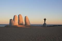 Grande mano nella spiaggia Immagini Stock Libere da Diritti