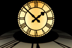 Grande manopola di orologio illuminata a dieci - due in cima ad un cerchio di Immagine Stock Libera da Diritti