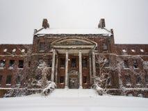 Grande mansão abandonada em uma tempestade da neve, baixo ângulo imagem de stock