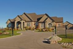 Grande mansão com entrada de automóveis Imagem de Stock