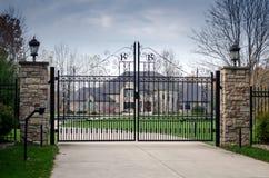Grande mansão extravagante atrás de uma entrada bloqueada Fotografia de Stock