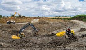 Grande maquinaria em um terreno de construção imagens de stock royalty free