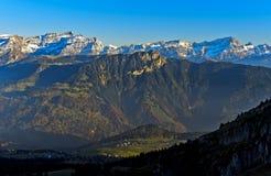 Grande massiccio di Muveran ed i picchi del DES Morcles delle ammaccature, Svizzera Immagine Stock