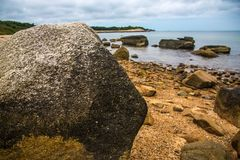 Grande masso della roccia dall'oceano immagine stock libera da diritti
