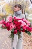 Grande mazzo luminoso di lusso nelle mani di una ragazza sveglia Cento rose del giardino, varietà di David Austin Tre generi fotografie stock
