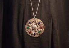 Grande medaglione d'argento del pendente sui precedenti neri Immagini Stock Libere da Diritti