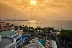 Grande mer et lumière du soleil de Pattaya Photos stock