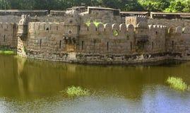 Grande merlo antico della fortificazione del vellore con gli alberi Immagine Stock