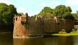 Grande merlo della fortificazione del vellore con gli alberi Fotografie Stock