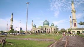 Grande mesquita de An-Nur em Pekanbaru, Indonésia, inclinação para baixo filme