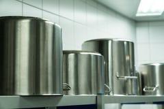 Grande metallo che cucina i vasi in una cucina industriale fotografie stock libere da diritti