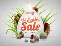 Grande modello del fondo dell'insegna di vendita di Pasqua con l'offerta enorme di sconto, l'erba verde, le pietre e le uova di c Immagini Stock Libere da Diritti
