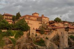Grande monastero di Meteoron Bella vista scenica, costruzione greca tradizionale antica sulla cima della colonna di pietra enorme fotografia stock libera da diritti