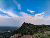 Grande montagna con il cielo fotografia stock