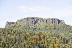 Grande montagna della roccia in foresta verde nel giorno di estate Immagine Stock Libera da Diritti