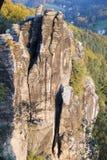 Grande montagna della roccia in foresta verde nel giorno di estate Fotografia Stock Libera da Diritti