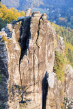 Grande montagna della roccia in foresta verde nel giorno di estate Fotografie Stock Libere da Diritti