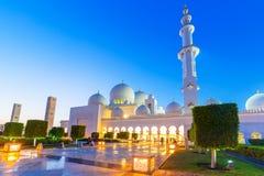 Grande moschea in Abu Dhabi alla notte Fotografia Stock