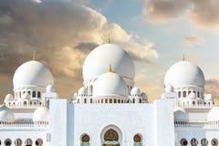 Grande moschea in Abu Dhabi sui precedenti delle nuvole drammatiche nel cielo immagini stock libere da diritti