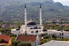 Grande moschea musulmana con due minareti in Antivari, Montenegro Immagini Stock