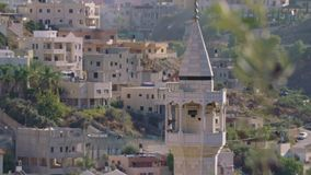 Grande mosquée islamique avec dans une ville arabe musulmane banque de vidéos