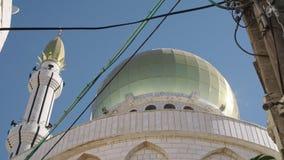 Grande mosquée islamique avec les tourelles d'or dans une ville musulmane banque de vidéos