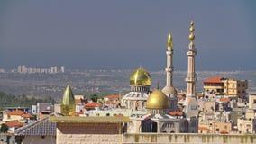 Grande mosquée islamique avec les tourelles d'or dans une ville musulmane clips vidéos