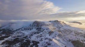 Grande Mountain View aereo della roccia massiccia nevosa al sole Scena pittoresca e splendida immagini stock