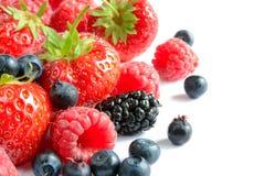 Grande mucchio delle bacche dolci mature fresche su fondo bianco Fotografie Stock